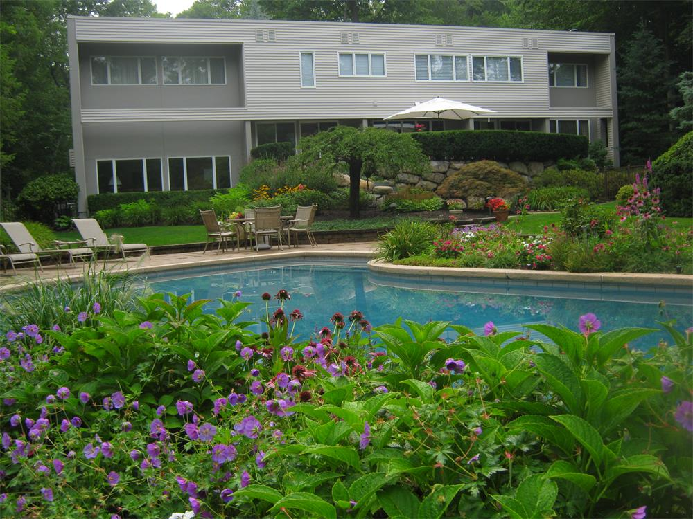 Modern pool landscaping in Bergen County